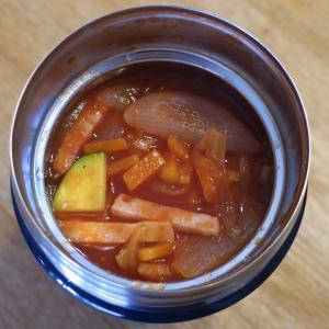 ハムとタマネギとキャベツとズッキーニのトマトスープ