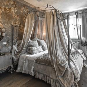 イタリアンシャビーシックな、ニュアンスグレーのベッドルーム♪