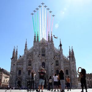 イタリアの空に、コロナ犠牲者への祈りをこめて・・・フレッチェ・トリコローリが描いた三色旗♪