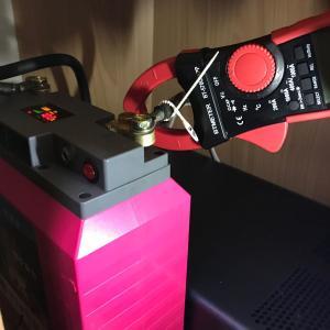 クランプメーターを使ってリチウム ポリマーバッテリーから何アンペアが出力されているか確認するょ!