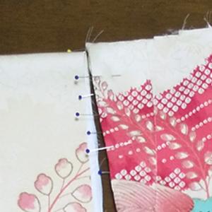留めた糸は切らないで「四つ留めからの袖つけ」と、もさもさしないための「縦とじ」