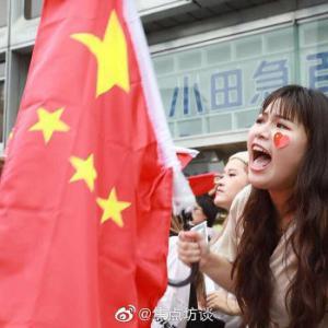 【動画】ここは中国か? 新宿西口に中国人が集結、国旗を振り大声で中国国歌を歌う!