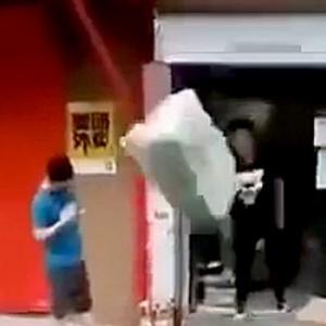 【動画】中国の宅配業者さんが配達の準備をしている様子がこちらになります! [海外]