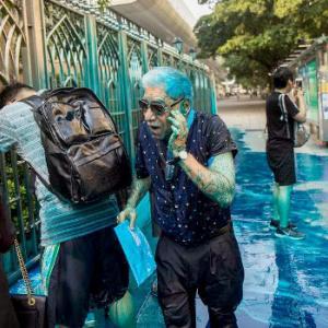 【動画】香港警察、放水車がモスクに向かって青い水を噴射!記者や信徒を直撃 [海外]