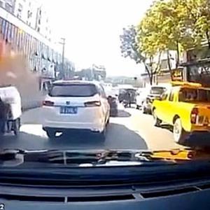 【動画】中国、今度はビル2階の飲食店が爆発!前を通ろうとした車の車載カメラ映像 [海外]