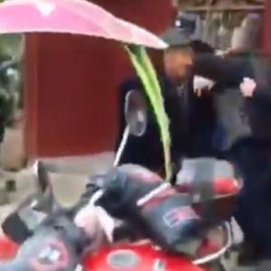 【動画】中国、警告にやって来た公安、横暴な態度に村民ブチ切れて逆襲!警官は発砲 [海外]