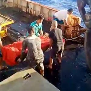 【動画】中国漁船がインドネシア船員の遺体を海に投棄!長時間労働や虐待の疑いも… [海外]