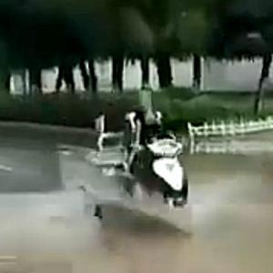 【動画】中国、冠水した道路をオート三輪で走り抜けようとしたら、お約束のアレ…!?
