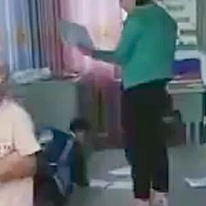 【動画】中国、小学校の先生の答案用紙の配り方が酷い!床に捨て子供たちに拾わせる