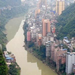 【動画】中国、雲南省の山奥の川沿いに並ぶ建物群、これがスゴすぎる!ヤバすぎる!