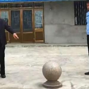 【動画】中国、なんでも盗む!広場に置いてある「車止め石」をおじいさんが持ち去る!