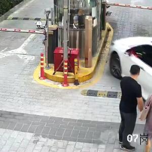 【動画】中国、嫌な予感しかしない!初心者女性ドライバーが駐車場料金所ブースに…!?