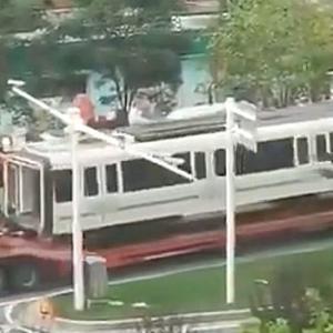 【動画】中国、地下鉄水没、次々に移送される地下鉄車両!中は見えないように遮蔽され…