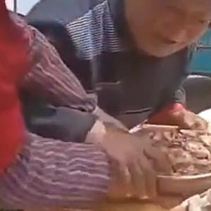 【動画】中国、円卓でおばさんとおじさんが肉の取り合い!皿を離さない激しい攻防!