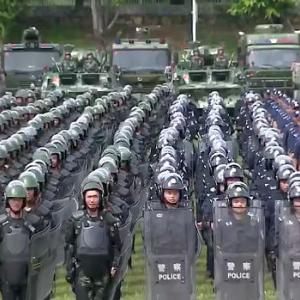 【動画】中国、香港に隣接の深センに大集結した武装警察、暴動鎮圧訓練を開始 [海外]