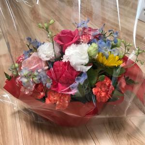 頂いたお花とローソンの「プレミアムロールケ一キ」