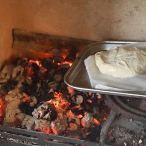 薪トーブの炉内で生地からパンを焼いた