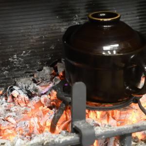 薪ストーブの炉内で土鍋ご飯