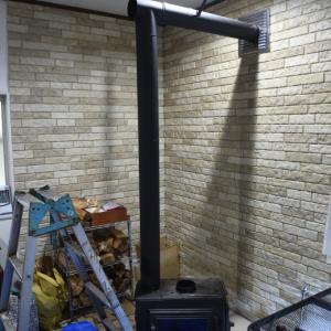 工務店が設置した薪ストーブの煙突掃除の依頼を、その工務店から受けた
