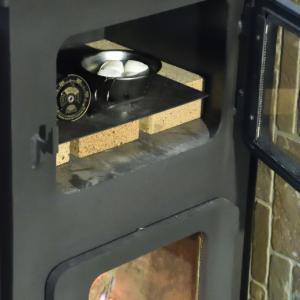 薪ストーブのオーブン室でマシュマロ焼き