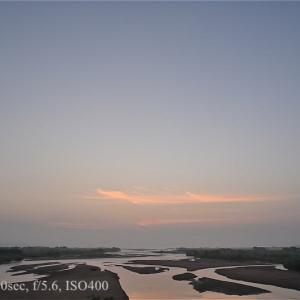 真夏の霞の中で日の出を撮る