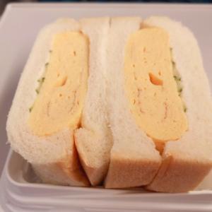 美濃味匠のだし巻き卵サンドと天むすせんべい。