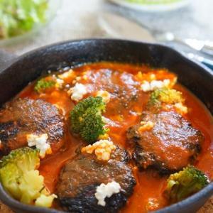 スキレットでトマトバジル煮込みひとくちハンバーグ