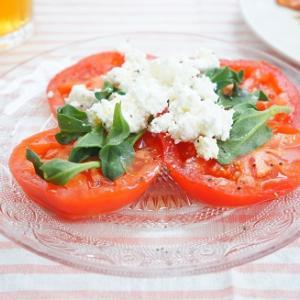 トマトとアイスプラントとカッテージチーズのサラダ