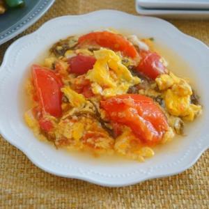 もずくとトマトと卵炒め