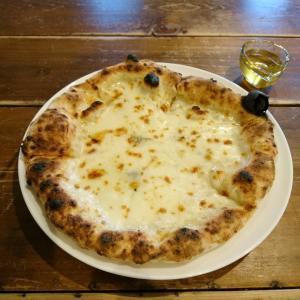 ハチミツとチーズのピザ