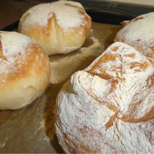 フーさんはハムチーズパンとシナモンパンそれとお食事用のパン作りました
