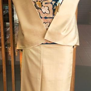 黄金色無地貴久樹製ムガシルクと孔雀青地華刺繍文袋帯