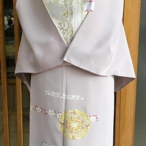 薄紫地華唐草文訪問着と白地横段葡萄花唐草文袋帯