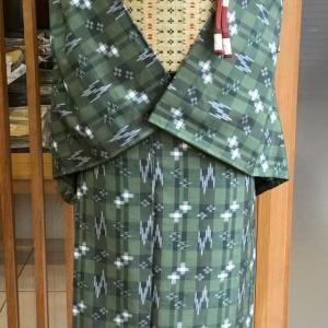 緑地縞格子絣文紬と藁色地横段猫足文なごや帯