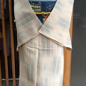 ベージュ地緑絣文紗紬と青地花文夏生紬なごや帯