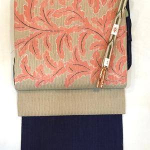 紺地細縞小千谷縮とベージュ地植物文夏九寸なごや帯