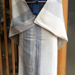 灰白地亀甲十字絣縞文夏結城紬と藍地松梅雲文藍型染麻なごや帯