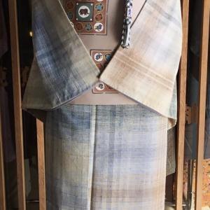 ベージュ地青茶格子文紬と赤香色象文塩瀬なごや帯