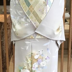 灰地牡丹に枝垂れ桜文刺繡訪問着と象牙地花菱たすき文となみ製袋帯地