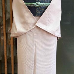 ピンクベージュ地微塵格子文英製単衣小紋と鉄紺地横段抽象文夏物なごや帯