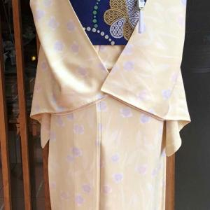 薄黄地撫子文竪絽小紋と紺地花丸文川島織物製紗なごや帯
