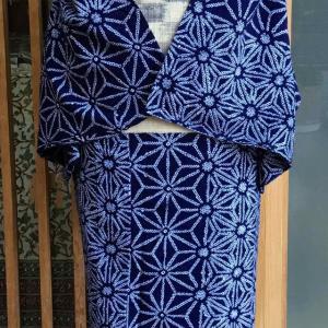 藍地麻の葉文絞り浴衣とベージュ地段絣縞文麻なごや帯