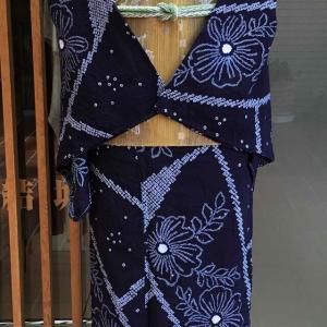 藍地切嵌め花文絞り浴衣と黄土色地抽象文三越扱い羅なごや帯