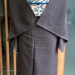 焦茶地縞格子文紗紬と桑色地文字文様夏物なごや帯