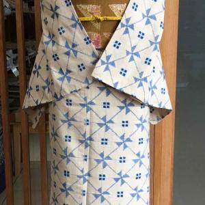 【単衣】クリーム地風車繋ぎ文紬と金茶地絞り鱗文なごや帯
