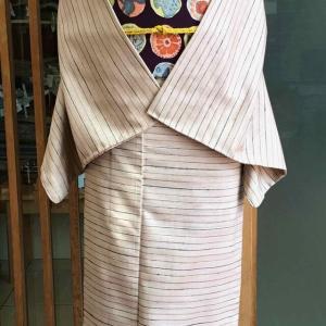 【単衣】ベージュピンク地横縞文紬と濃茄子紺地丸抽象文なごや帯
