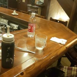 飲み屋に人がいないわ。