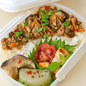 7月23日 木曜日 茄子と豚のエスニック炒め丼&焼きトマトと帆立のバルサミコソース