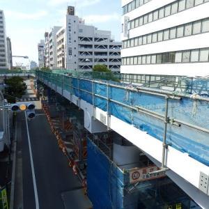 川越駅西口の歩行者用デッキは、L字の架橋でホテルと接続