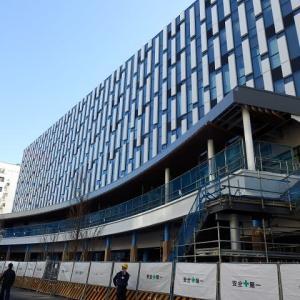 川越駅西口のホテルにデッキとの接続部が現れ、デッキには屋根を設置中